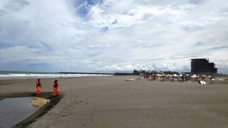 頭城鎮外澳沙灘為台灣熱門的衝浪點,受到颱風影響,海巡人員勸離遊客,整座沙灘已經在中午左右完成淨空。(記者張議晨翻攝)