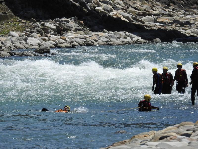 南投縣消防局進行急流等危險水域救援訓練,呼籲民眾勿到危險水域戲水。(圖由南投縣消防局提供)