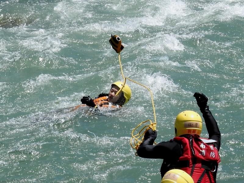 南投縣公告131處危險水域,縣消防局進行急流等危險水域救援訓練。(圖由南投縣消防局提供)