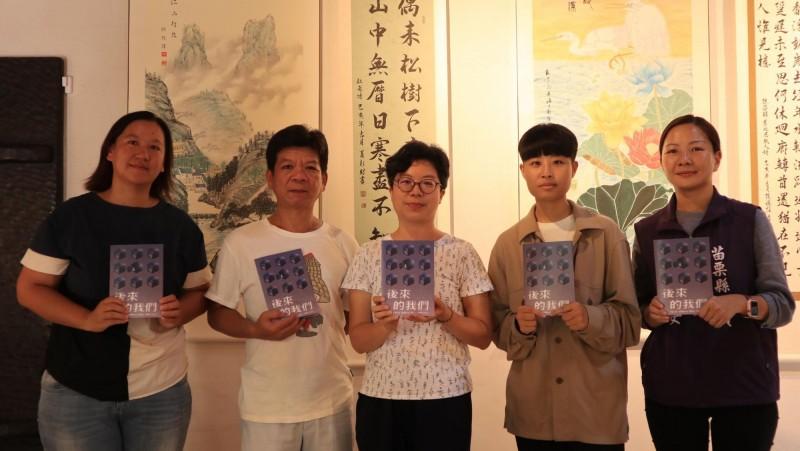曾含冤蹲14年死囚的鄭性澤(左二)發想、台灣廢除死刑推動聯盟主辦的《後來的我們》作品展,今在苗栗縣苑裡鎮心雕居開展。(台灣廢除死刑推動聯盟提供)