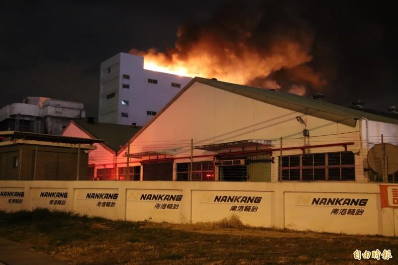 南港輪胎新豐廠發生大火的精鍊工程5B大樓就在省道台1線旁,火災剛發生時,熊熊烈燄,讓整個廠房猶如一把火炬。(記者黃美珠攝)