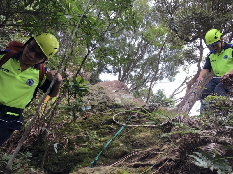 新竹縣尖石山區傳山友跌傷意外,目前正搬運下山救護中。(縣府消防局提供)