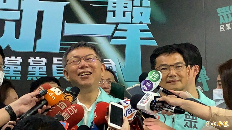 台灣民眾黨黨主席柯文哲(左)力挺身旁的高雄市市長候選人吳益政。(記者陳恩惠攝)