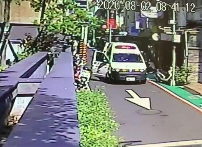 消防車到場救護受傷的2男1女。(記者劉慶侯翻攝)