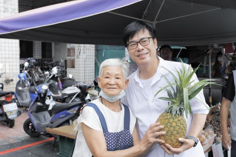 陳其邁(右)認為,李眉蓁放話邀請吳益政當副市長,不只吃豆腐,也不尊重。(記者葛祐豪翻攝)