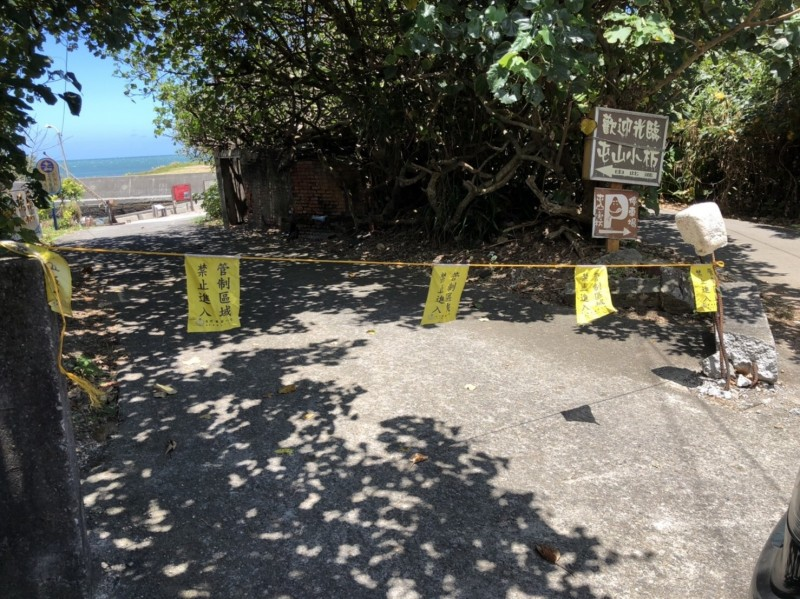 第八岸巡隊針對轄區內多處觀浪地點,拉設封鎖線,並實施水域安全宣導暨颱風勸離。(記者鄭景議翻攝)