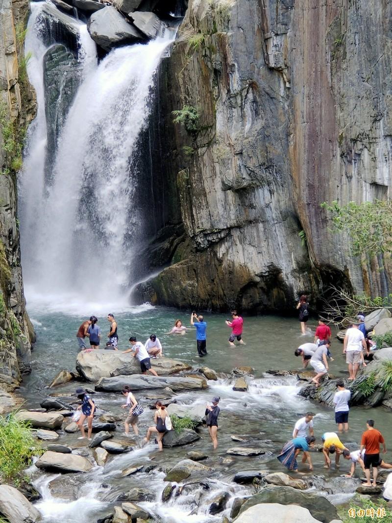 仁愛鄉南山溪夢谷瀑布假日還是湧入大批戲水人潮。(記者佟振國攝)