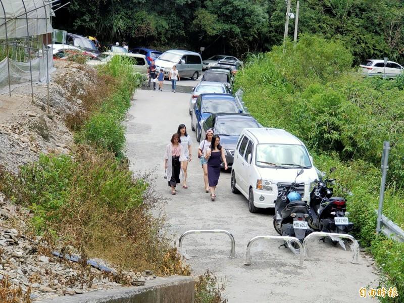 夢谷瀑布周邊停車空間不足,公所已計劃設置臨時停車場。(記者佟振國攝)