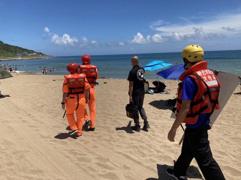 第二岸巡隊人員到海岸沿線勸離民眾。(海巡署北部分署第二岸巡隊提供)
