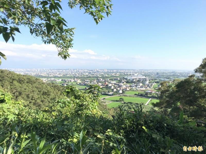 新竹縣境內雖多丘陵,但縣府表示,依法標高在100公尺以上;或標高雖不滿100公尺,而其平均坡度在百分之5以上的土地,才會被劃入山坡地保育區。(記者黃美珠攝)