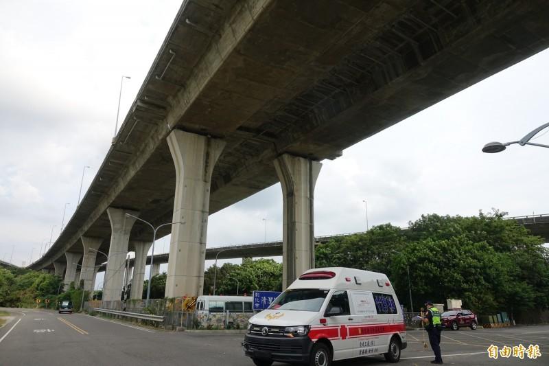 彰化東區消防分隊救護車在執勤途中與自小客車發生碰撞意外。(記者劉曉欣攝)