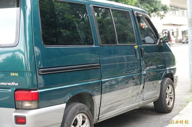 自小客車與救護車發生碰撞,其右側車體也有凹損。(記者劉曉欣攝)
