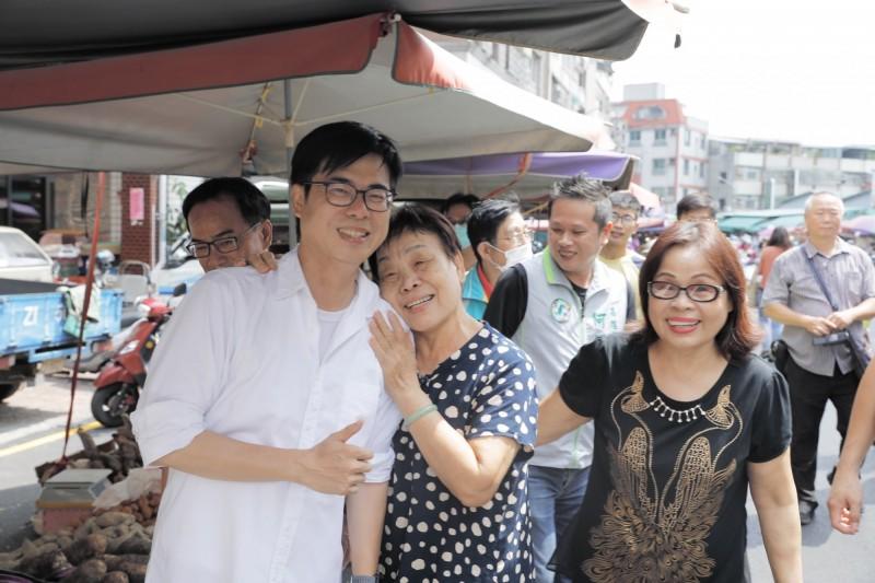 陳其邁今天到市場拜票,不少民眾搶著跟他合影。(記者葛祐豪翻攝)