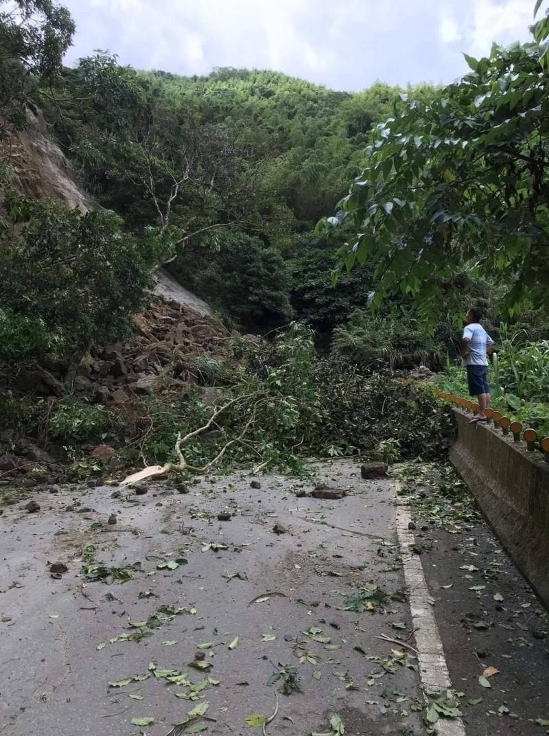 嘉義縣瑞水公路仁壽段發生大坍方,交通一度全面中斷。(記者蔡宗勳翻攝)