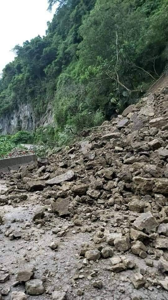 嘉義縣瑞水公路仁壽段發生大坍方的驚人畫面。(記者蔡宗勳翻攝)
