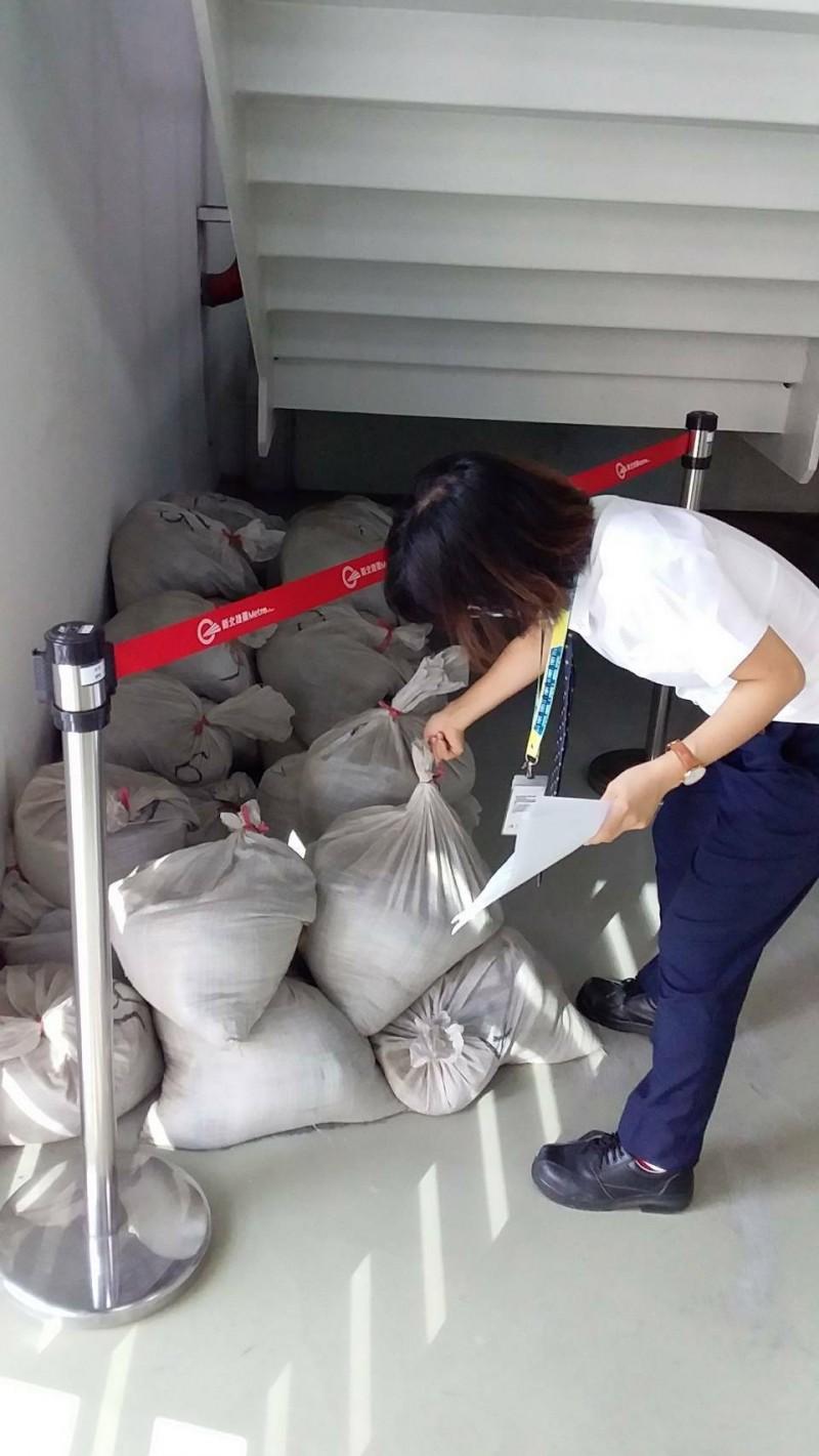 因應哈格比颱風來襲,淡海輕軌進行防颱整備作業。(新北捷運公司提供)