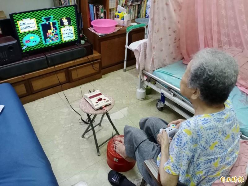 98歲的魏金花阿嬤最喜歡玩俄羅斯方塊、瑪莉醫生益等智型遊戲,只挑戰最高難度,連孫子都玩不贏她。(記者陳冠備攝)