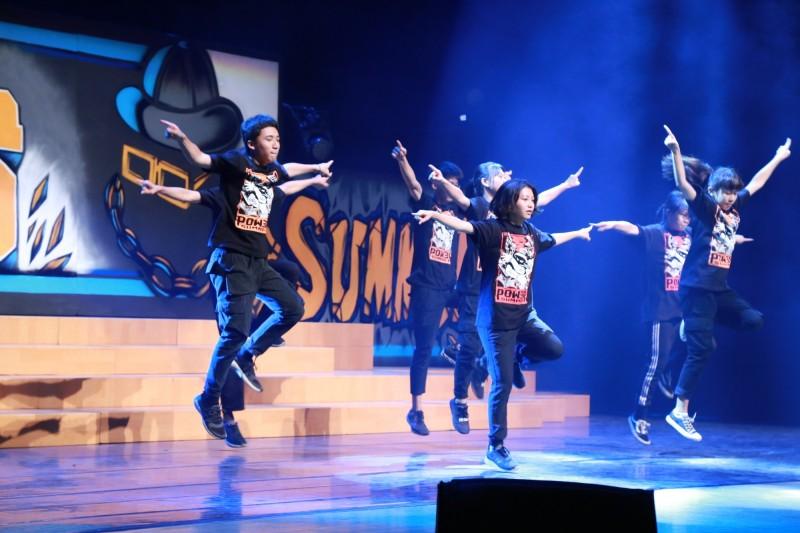 台南市「16歲正青春藝術節-POWER SUMMER青春熱舞」活動,24所高中職熱舞社接力熱舞。(台南市政府提供)