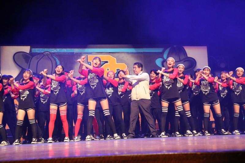 台南市長黃偉哲也上台與學子一同跳一小段舞蹈。(台南市政府提供)