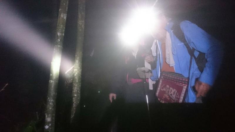 一對攀登西巒大山的夫妻檔,下山因大雨延誤行程,被迫摸黑,所幸在林務局等救難人員引導下,最後順利下山。(記者劉濱銓翻攝)