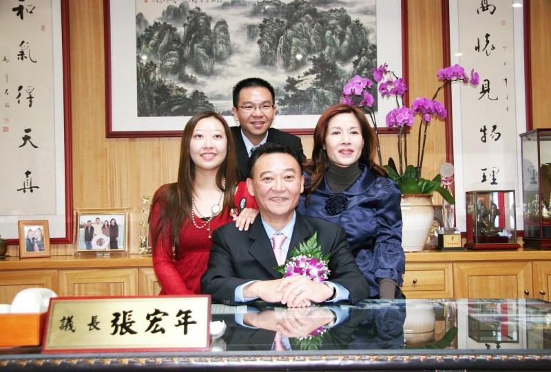 台中市前議長張宏年(中)一家四口鉛中毒,其子議員張彥彤(後中),表示父親知道曾幫助的人卻害他吃中藥鉛中毒,既生氣又難過。(圖取自張彥彤臉書)