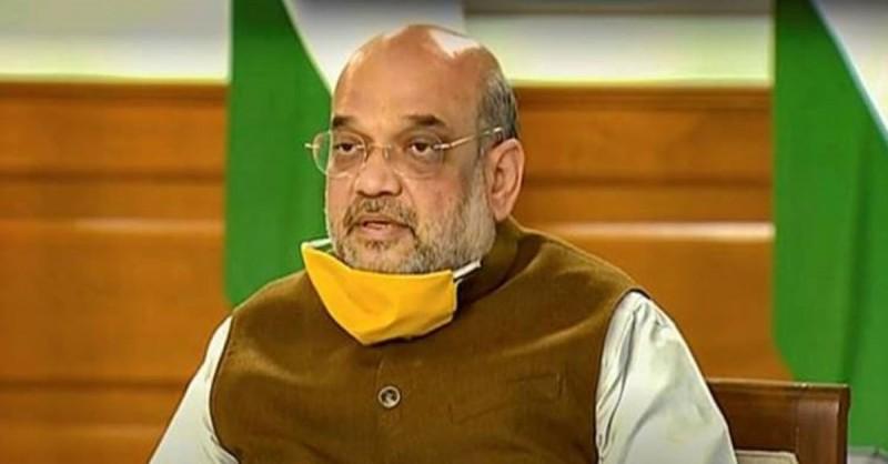 印度內政部長夏哈口罩沒戴好,掛在下巴,可能因此增加感染風險。(翻攝自推特)