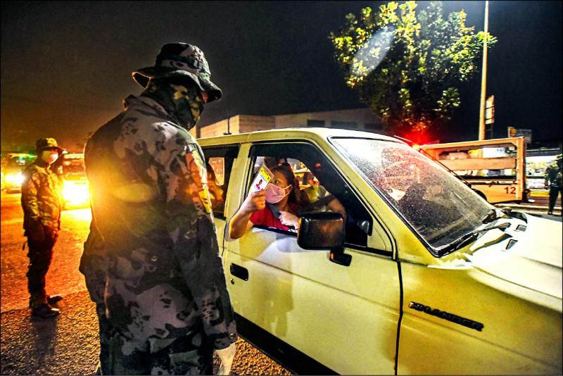 菲國醫界一日聯名上書總統,請求大馬尼拉地區封城至8月15日,以遏止武漢肺炎疫情傳播。圖為3月中旬菲國在疫情爆發後嚴格封鎖人員流動。(法新社檔案照)