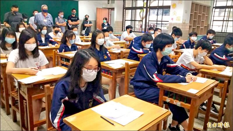 台北市政府推出高中職生振興加碼方案,以學生證綁定振興三倍券,並綁定悠遊付,合計有1000元的回饋優惠。圖為高中生在課堂上課情形。(記者蔡亞樺攝)