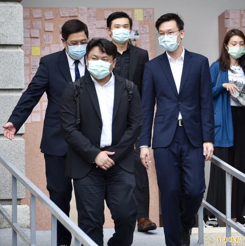 民進黨副秘書長林飛帆(右2)赴台北賓館追思會所追悼李登輝前總統。(記者羅沛德攝)