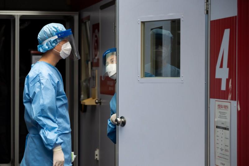 南韓1日新增30例確診病例。圖為南韓醫護人員工作情況。(彭博)