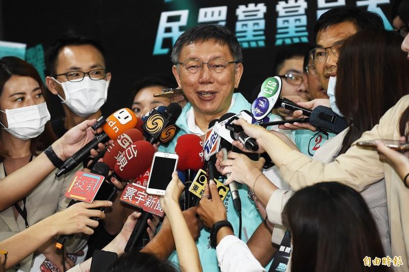 台灣民眾黨在國立體育大學綜合體育館舉行黨員大會,主席柯文哲(中)會前接受媒體訪問。(記者陳志曲攝)