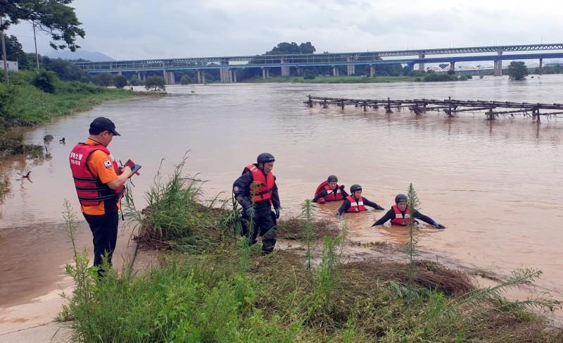 南韓中部地區今(2日)遭受暴雨襲擊,目前已至少造成5人死亡、5人失蹤。圖為搜救隊在尋找失蹤的消防員。(歐新社)