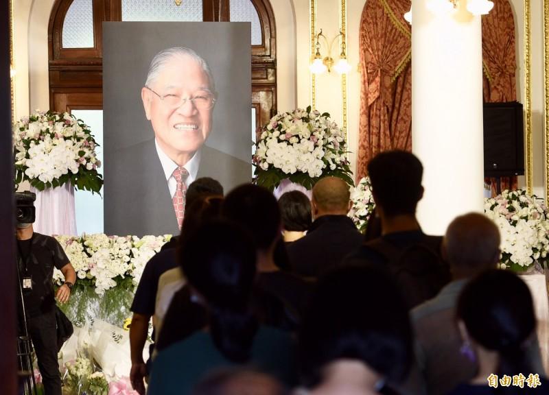 前總統李登輝台北賓館追思會場開放第二天,大批民眾進入台北賓館弔唁。(記者羅沛德攝)