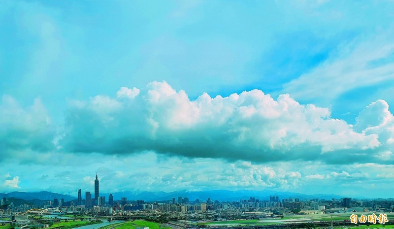Thick clouds caused by the influence of Tropical Storm Hagupit are pictured over Taipei yesterday.   Photo: Chang Chia-ming, Taipei Times