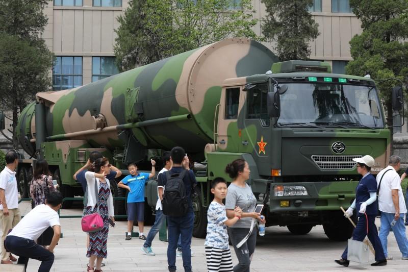 中國人民解放軍出身的核彈專家近日表示,中國已具備可在敵方發射核武的後數分鐘內探測並在落地前進行核反擊的預警系統。圖為中國的東風-31核飛彈發射車。(歐新社)