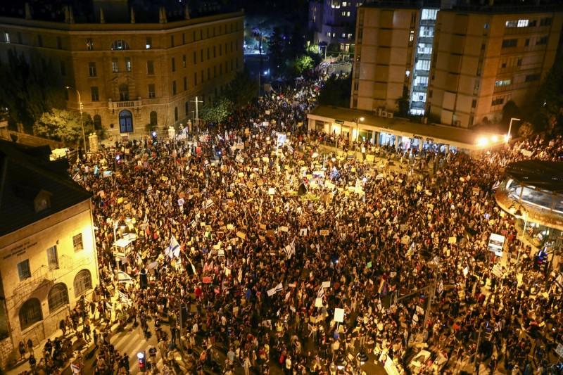 受貪腐醜聞、疫情控制不力、失業率飆高等影響,導致以色列人民怨高漲,近期在以色列各地爆發多起示威抗議要求總理納坦雅胡下台負責,昨天晚間更出現超過1萬人包圍位在耶路撒冷的總理官邸進行和平示威。(美聯社)