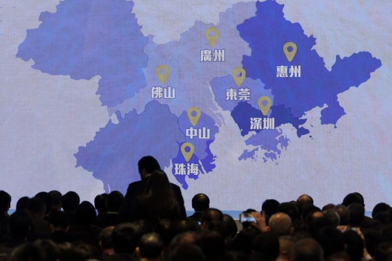 在港府藉著疫情惡化為由宣布立法會改選延後一年後,香港特首林鄭月娥更意圖推動「境外投票」,在中國境內設立投票站;有學者批評,此舉將破壞香港的選舉制度,「投票安排、如何監督都是問題」,認為弊大於利。(美聯社)