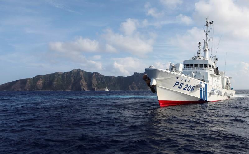中國海警船今再度駛入有主權爭議的釣魚台(日稱尖閣諸島)海域,創下連續111日的最長天數。圖為釣魚台海域的日本海上保安廳巡邏船。(路透)