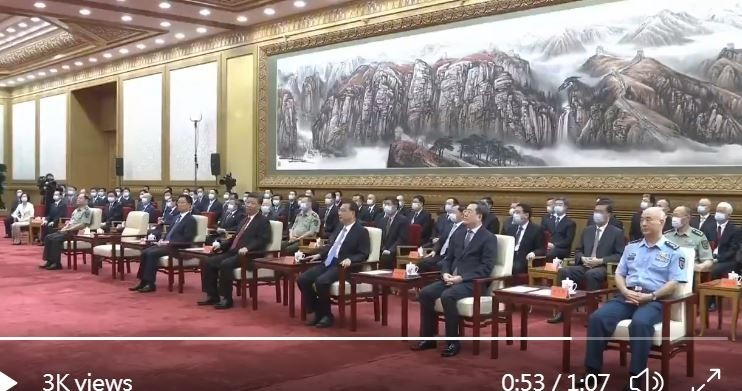 中共北斗三號開通儀式上,國家主席習近平(前排右4)疑似側臉蔑視總理李克強(前排右3)。(圖擷取自推特畫面)