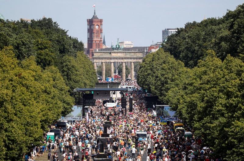 1.7萬名德國民眾為抗議政府防疫政策在地標布蘭登堡門前遊行抗議。(路透)