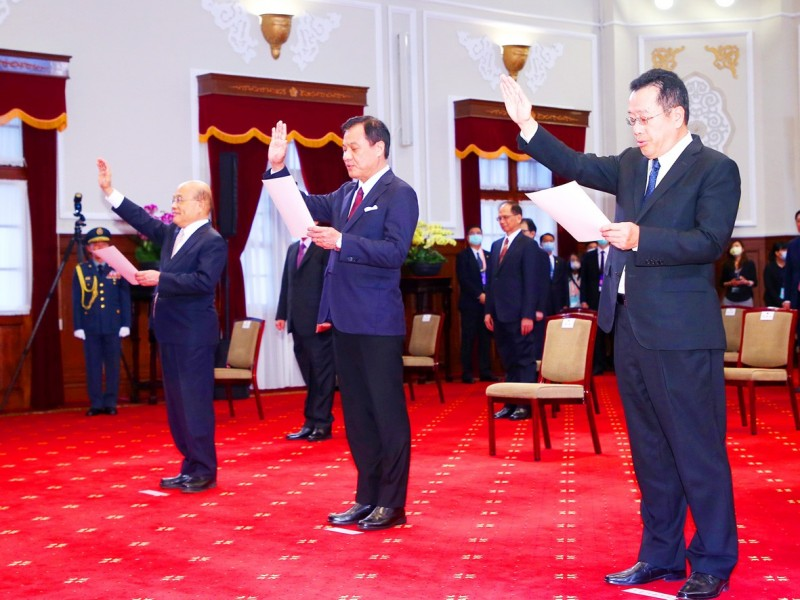 Former Presidential Office secretary-general Su Jia-chyuan, center, raises his hand while being sworn in at the Presidential Office in Taipei on May 20.   Photo: CNA