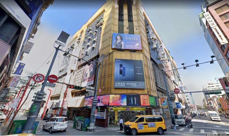 台北市西門町獅子林大樓傳出進行電梯維修作業時,有工人受困電梯井並遭電梯夾於梯坑。(圖擷取自Google Map)