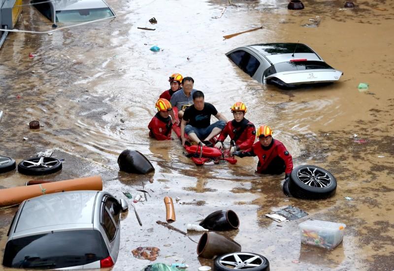 韓國中部今(2日)下起暴雨,不僅造成多線列車停開,還有1名消防員被洪水沖走下落不明。圖為南韓7月底大雨淹水。(歐新社)