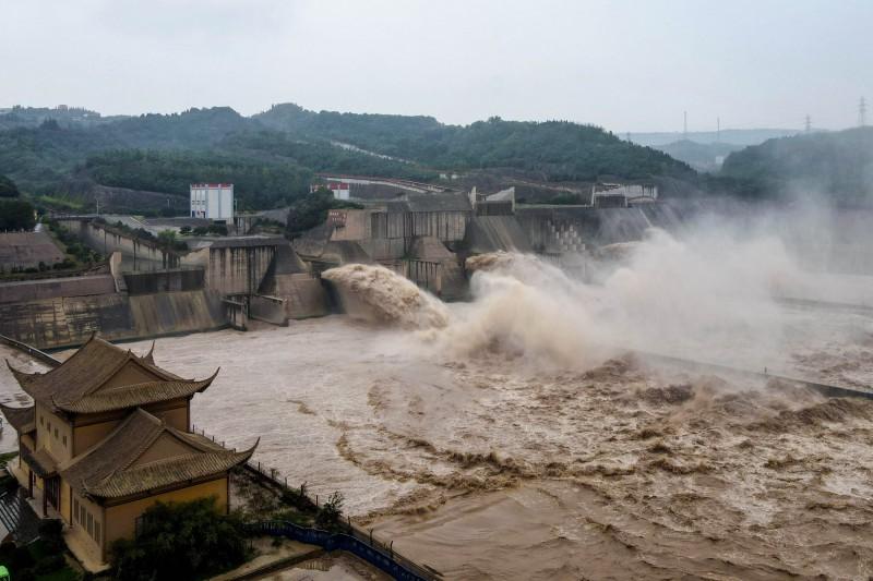 黃河上游接連暴雨,水庫猛力洩洪,中游、下游水位瞬間暴漲。(法新社檔案照)