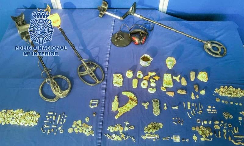 西班牙警方在1名男子住處發現了1批古代文物,其中包括大量羅馬時代及羅馬晚期的古老文物。(圖取自西班牙內部國家警察推特)