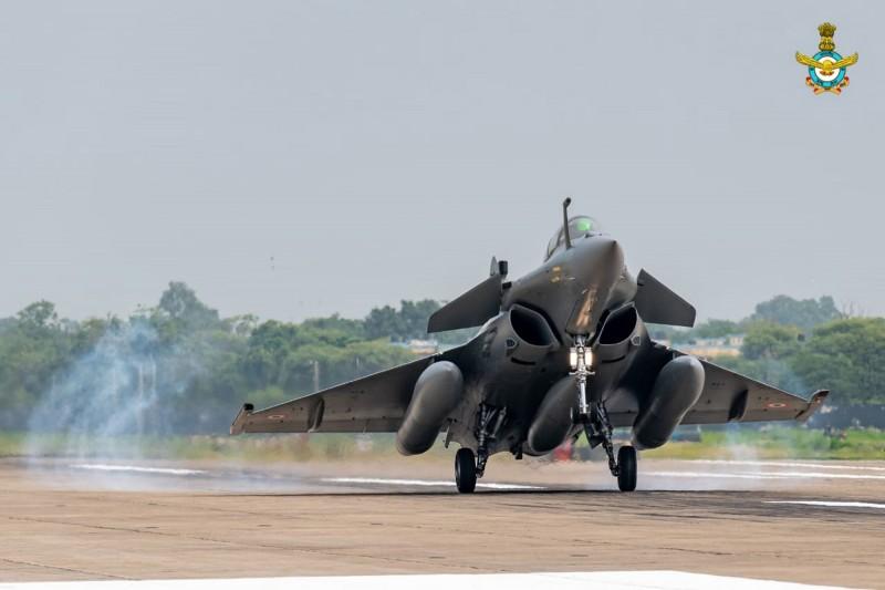 印度剛接收首批5架飆風戰機(見圖),為印度抗中打了一劑強心針,但飆風戰機是否能戰勝中國殲20,在中印引起網友討論。(歐新社檔案照)