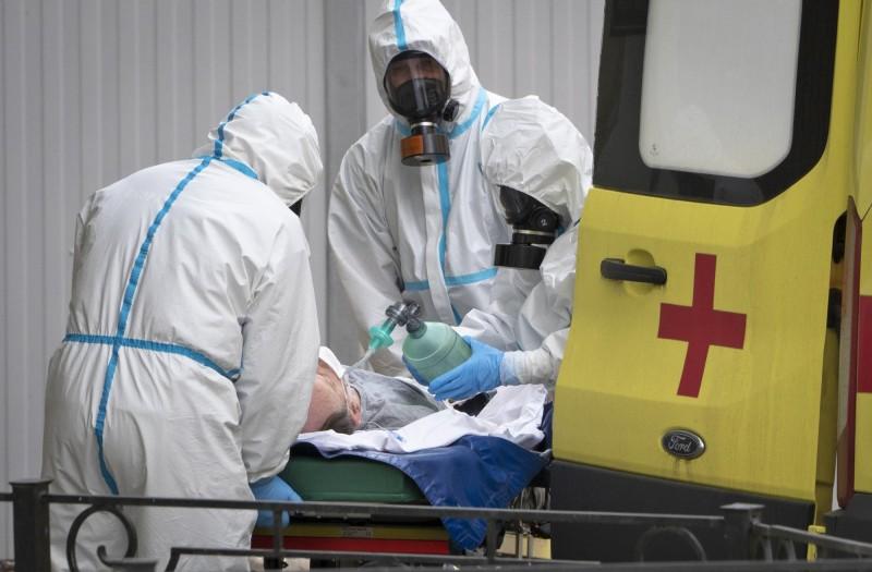 俄羅斯今日單日新增5427例確診,突破85萬大關。圖為俄羅斯醫護人員將病人送上救護車情況。(美聯社)