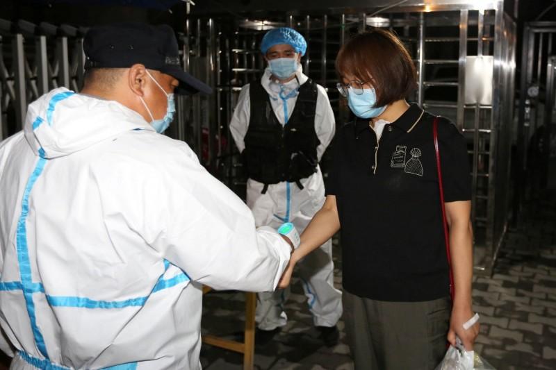 新疆自上月17日爆出不明感染源的本土病例後,確診和「無症狀感染者」人數持續增加,新疆目前現有確診病例為569例。(路透)