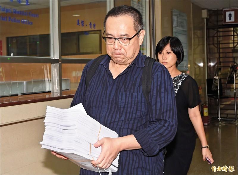 太平洋流通前董事長李恆隆辯護律師杜英達表示,案卷繁雜,大多只能大略看一下就上場辯護。(記者簡榮豐攝)