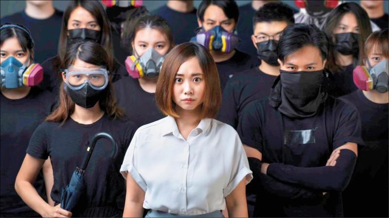 中國政府實施「港區國安法」月餘來,至少已有十六人被捕、六人遭通緝,對民主派的打擊一波接一波。民主派人士將師法冷戰時期「東方集團」的異議人士,在鐵幕籠罩下爭取自由和民主。圖為現任香港南區區議會議員袁嘉蔚的選戰宣傳海報。 (路透)
